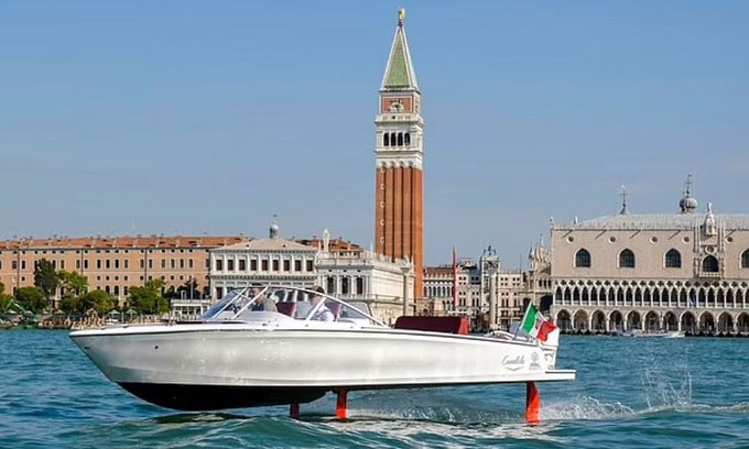 Mẫu thuyền cánh ngầm C-7 chạy thử ở Venice.