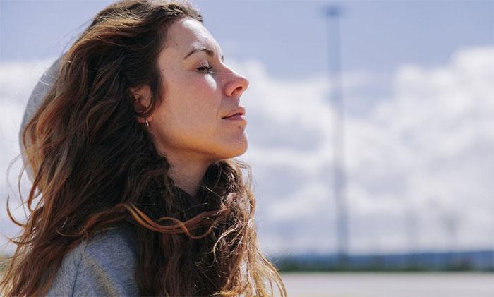 Bạn có thể tự kiểm tra nhịp thở tại nhà để đánh giá tình hình sức khỏe hiện tại.