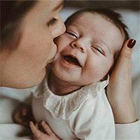 Hiểm họa đằng sau nụ hôn của người lớn với trẻ sơ sinh