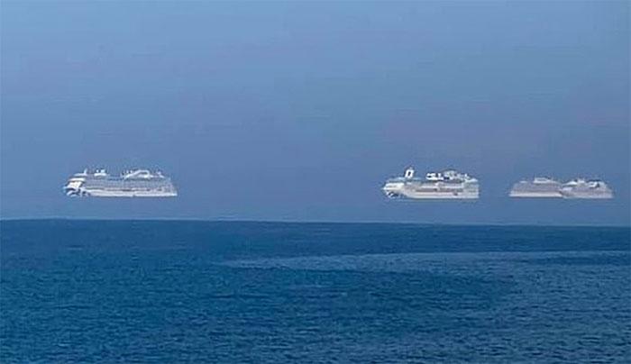 """Những tàu du lịch """"bay"""" trên biển."""